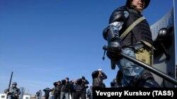 Бойцы отделов специального назначения ФСИН России задерживают условных бунтовщиков во время тактико-специальной тренировки. Новосибирская область, Россия. 1 октября 2015 года.