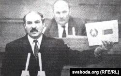 Лукашэнка паказвае сымболіку, вынесеную на рэфэрэндум