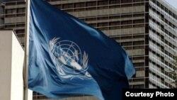 Флаг Организации объединенных наций. Иллюстративное фото.