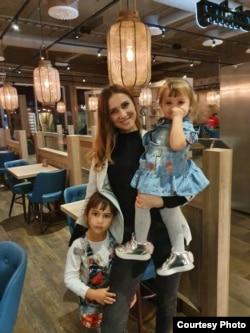 Мария Ковалева балаларымен бірге.