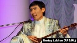 Айтыс ақыны Еркебұлан Қайназаров. Алматы, 8 мамыр 2013 жыл.