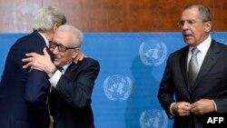 ABŞ-nyň döwlet sekretary Jon Kerri (Ç) BMG-Arap ligasynyň Siriýa boýunça ýörite wekili Lakdar Brahimini (O) gujaklaýar, sagda Orsýetiň daşary işler ministri Sergeý Lavrow, 13-nji sentýabr, 2013.