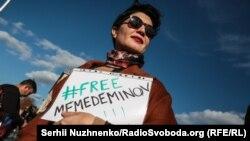 Таміла Ташева під час акції на підтримку журналіста з Криму Нарімана Мемедемінова на Майдані Незалежності. Київ, жовтень 2019 року