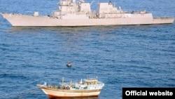 تصویری از رویاروییهای پیشین یک لنج ایرانی با شناورهای نظامی آمریکا در خلیج فارس