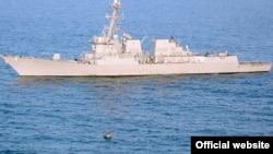 ناو «يو اس اس کيد» در کنار کشتی ماهیگیری ایرانی