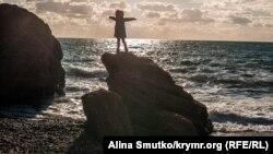 «Просторный дом» или вход в царство Аида: зима на пляже мыса Меганом (фотогалерея)