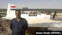 حسين كريم امام الطائرة التي صنعها