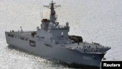 Судно Osumi японских сил самообороны с грузом ракет на борту. Снимок сделан 1 апреля 2012 года у западных берегов Японии.