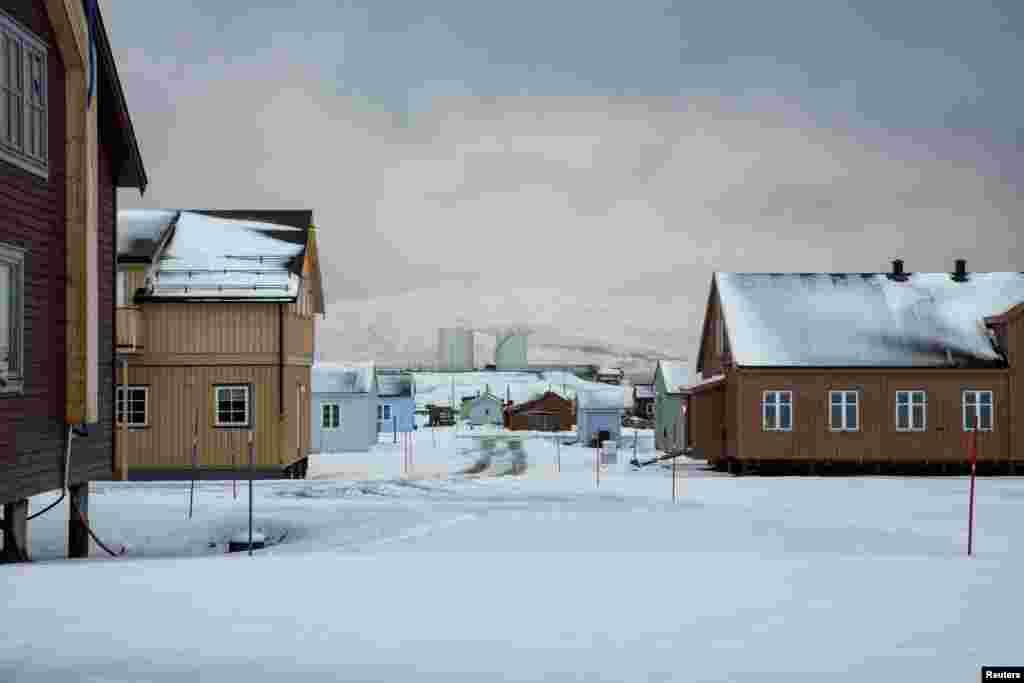 Экстремальный туризм по всему миру набирает обороты, норвежцы не хотят открывать двери к островным поселениям: наплыв туристов может помешать исследователям в их работе.
