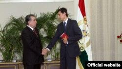 Президент Таджикистана Эмомали Рахмон вручает премия имени Исмоила Сомони молодому ученому Шохину Саидзода, август 2015 года