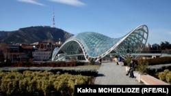 Стеклянный мост Мира над Курой, расположенные рядом с ним огромные стеклянно-металлические конструкции, задуманные как музыкальный театр и музей современного искусства, скульптура гигантского велосипеда на проспекте Руставели – это лишь малый перечень спорных объектов