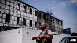 Бойовик угруповання «ДНР» патрулює колонію суворого режиму, серпень 2014 року