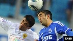 """""""Anji"""" yarim himoyachisi Oldil Ahmedov (chapda) """"Dinamo"""" hujumchisi Aleksandr Samedov bilan to'p uchun kurashmoqda."""