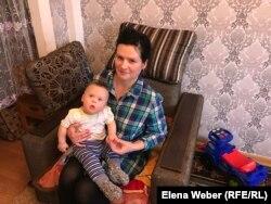 Елена Красовская с сыном, у которого синдром Дауна. Темиртау, 12 декабря 2018 года.