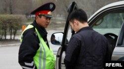 Полицейский проверяет документы водителя.
