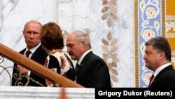 De la stânga la dreapta: preşedintele Vladimir Putin, şefa diplomaţiei UE Catherine Ashton, liderul belarus Alexandr Lukaşenko şi președintele ucrainean Petro Poroşenko, urcând scările spre sala de discuţii