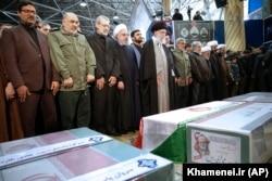 Верховний лідер Ірану аятола Алі Хаменеї очолює молитву над трунами генерала Солеймані та його супутників, які загинули внаслідок авіаудару США в Багдаді. Тегеран, 6 січня 2020 року