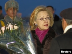 Хиллари Клинтон в бытность государственным секретарем США начинает свой визит в Казахстан. Астана, 30 ноября 2010 года.