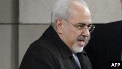 Eýranyň daşary işler ministri Jawad Zarif ýapyk gapylaryň aňrysynda geçirilýän gepleşiklere barýar, Ženewa, 20-nji noýabr, 2013