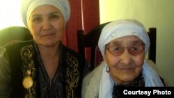 110 жасқа келген қарт ана Қызылгүл Боранбаева (оң жақта) келіні Әсемгүл Боранбаевамен (сол жақта). Қызылорда, Тасбөгет кенті, 10 қаңтар 2012 жыл. Сурет жеке мұрағаттан алынған.