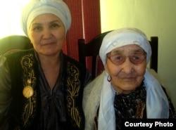 Асемгуль Боранбаева и ее свекровь Кызылгуль Боранбаева в день празднования ее 110-летия. Село Тасбогет Кызылординской области, 10 января 2012 года.