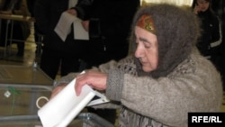 A woman casts her ballot in Simferopol.