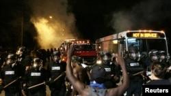 Полицейские пытаются усмирить толпу в Шарлотте