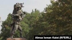 Памятник Кожомкулу в Бишкеке.