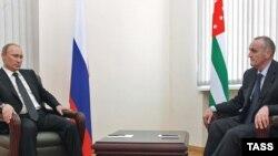 И.о. президента де-факто республики Абхазия Александр Анкваб (справа) - один из вероятных кандидатов в президенты. 2 июня, 2011