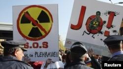 Protesti ispred zgrade albanskog parlamenta protiv uništavanja sirijskog oružja u Albaniji, novembar 2013.