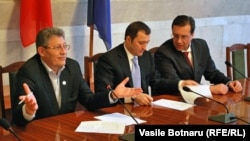 Mihai Ghimpu, Vlad Filat şi Marian Lupu, semnând acordul AIE-2, 30 decembrie 2010