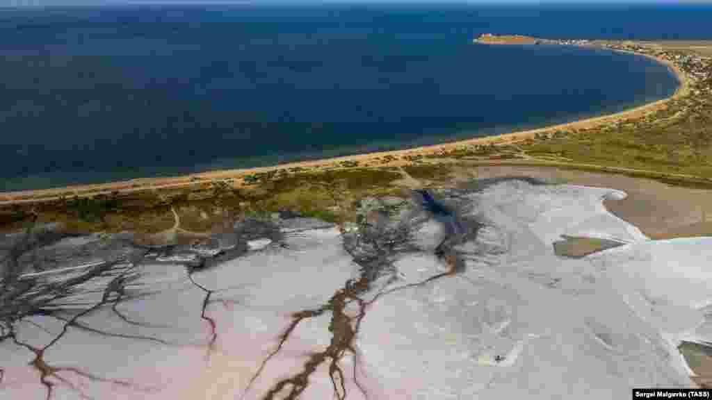 Назва озера з кримськотатарської перекладається як «джерело»