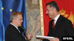 Oli Ren i Milo Đukanović prilikom uručivanja Upitnika, 22. jul 2009. Foto: Savo Prelević