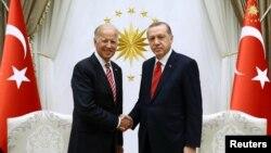 Туркия президенти Ражаб Тоййиб Эрдўғон АҚШ вице-президенти Жо Байден билан, Анқара, 2016 йил 24 августи.