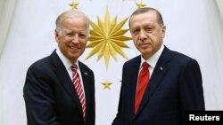 Түркия президенті Режеп Ердоған (оң жақта) АҚШ вице-президенті Джо Байденмен кездесуде. Анкара, 24 тамыз 2016 жыл.