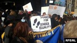 Люди собрались на марш за гендерное равенство и права женщин. Нью-Йорк, 8 марта 2015 года. Автор фото - Асем Токаева.