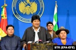 مورالس در کنار خانوادهاش در زمان اعلام کنارهگیری از قدرت