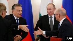 Президент Росії Володимир Путін спостерігає за рукостисканням прем'єр-міністра Угорщини Віктора Орбана (ліворуч) з главою ядерного агентства Росії Росатом Сергієм Кирієнком (праворуч), 14 січня 2014 року