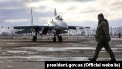Prezident Petro Poroshenko dekabrın 6-da Jitomirdəki hərbi birləşməyə baş çəkib