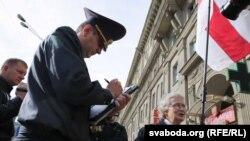 Міліцыянт складае пратакол на актывістку Ніну Багінскую, 2016 год, ілюстрацыйнае фота