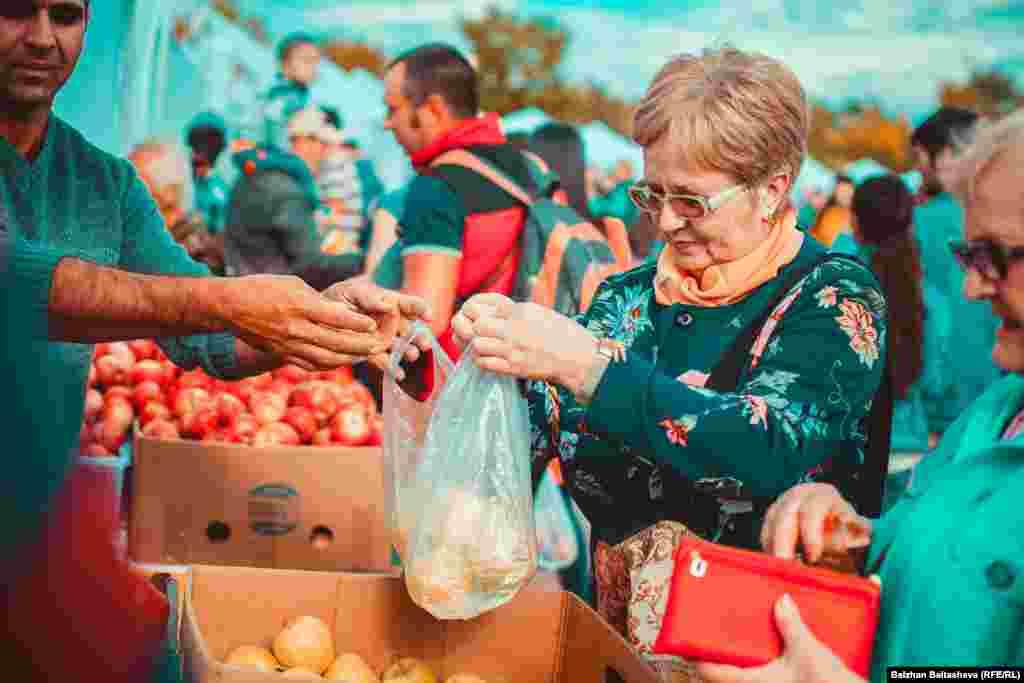 На фестивале продавали яблоки по низким ценам.