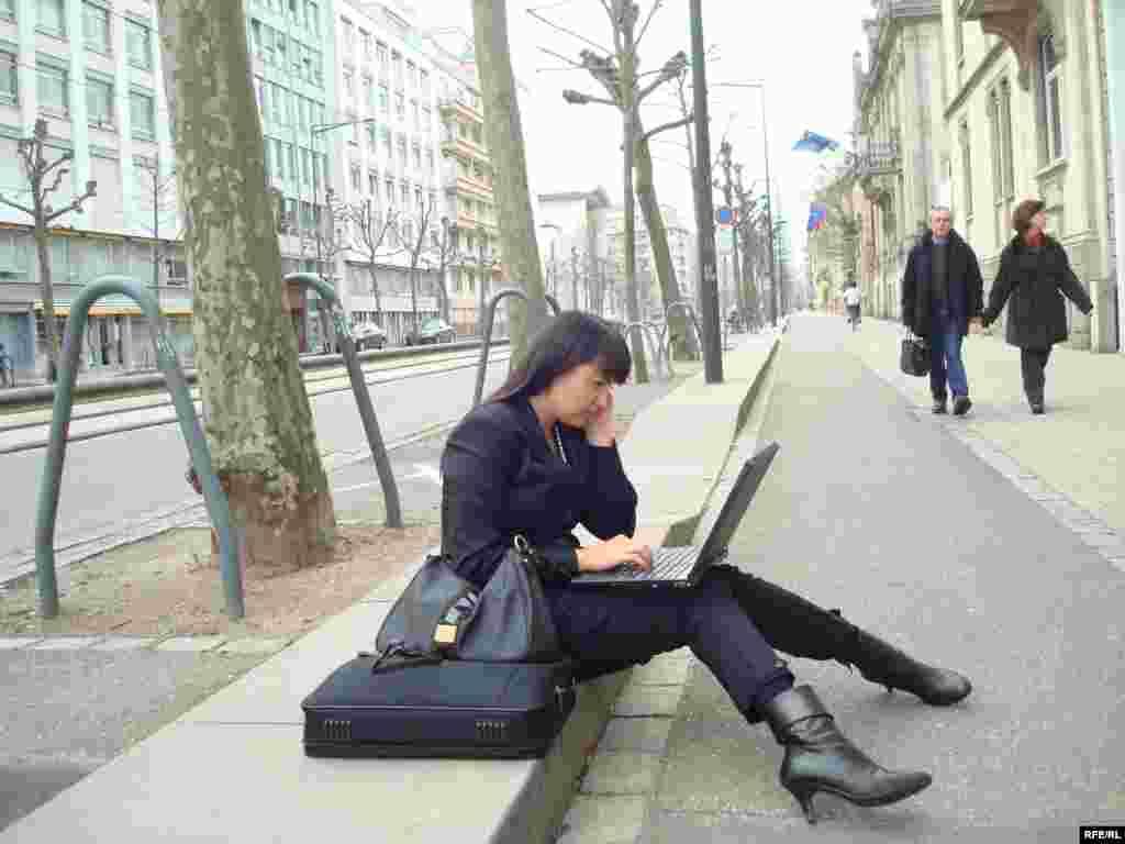 Азаттық тілшісі Саида Бабамқожа журналистердің жағдайы туралы радиомызға хабар беруде. Страсбург, 3 сәуір 2009 ж. - Корреспондент радио Азаттык передает последние новости о мерах безопасности в Страсбурге перед саммитом НАТО. 3 апреля 2009 года.