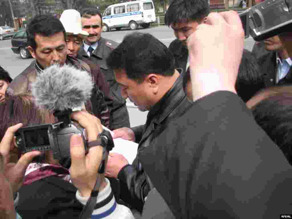 Акция болуп жаткан жерге Бишкектин Биринчи май районунун прокурору У. Асакеев келип, бул жерде митинг өткөрүү мыйзамсыз экендигин билдирип эскертүү берди.