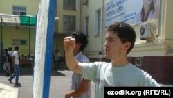 Узбекские абитуриенты смотрят результаты тестирования. Архивное фото.
