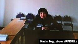 Заключенная Жанна Умирова из зала в женской тюрьме в поселке Жаугашты близ Алматы участвует через видеосвязь в заседании апелляционного суда, в котором рассматривается ее жалоба на отказ в смягчении наказания. Снимок сделан с монитора в зале Алматинского городского суда. Алматы,