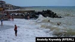 Волны бьются о берег: закат «бархатного» сезона в Николаевке (фотогалерея)