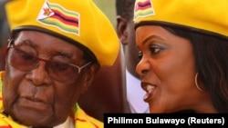 Президент Роберт Мугабе слушает свою супругу Грейс