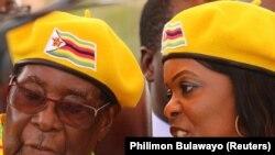 Президент Зимбабве Роберт Мугабе с женой Грейс, 8 ноября 2017 года
