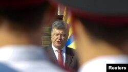 Президент Украины Петр Порошенко выступает перед молодыми офицерами