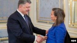 Президент України Петро Порошенко зустрічає помічника держсекретаря США Вікторію Нуланд. Київ, 15 травня 2015 року